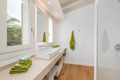 Moderno baño en suite