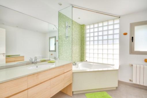 Luminoso baño con bañera