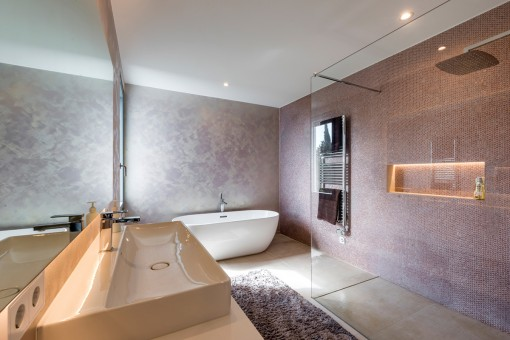 Baño principal de un diseño estiloso