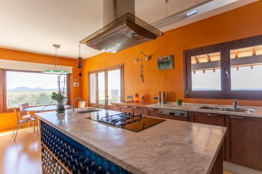 Cocina espaciosa con isla central