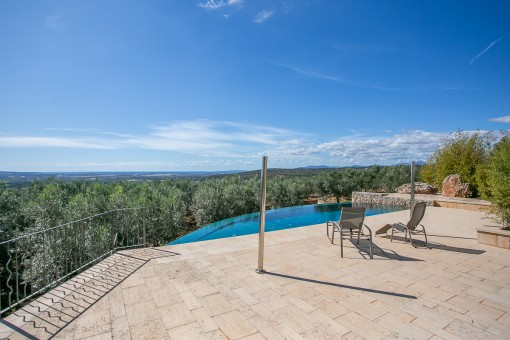 Terraza y piscina con vistas lejanas