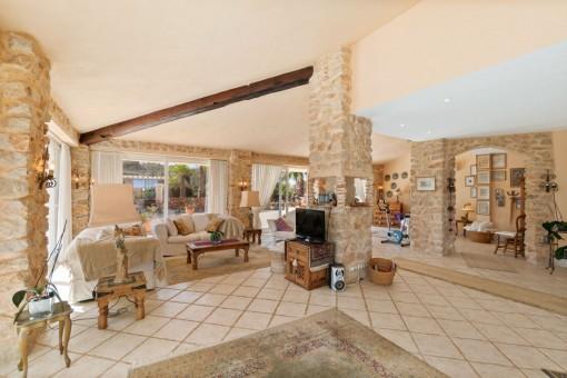 Espaciosa sala de estar con pared de piedra natural