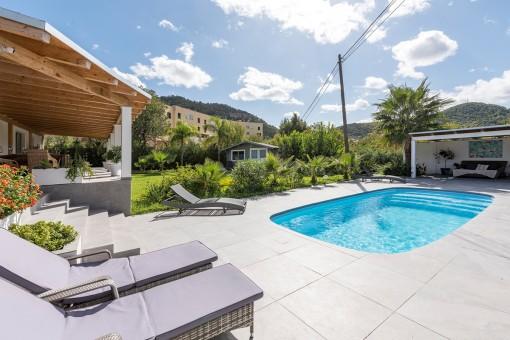 Idílica área de piscina al lado del jardín