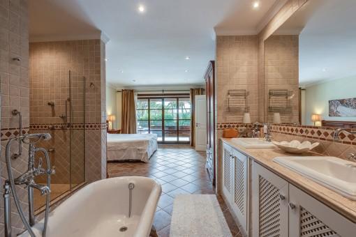 Elegante baño en suite