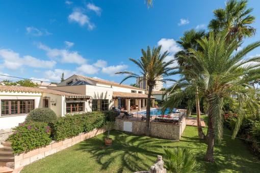 Vista exterior con jardín y piscina