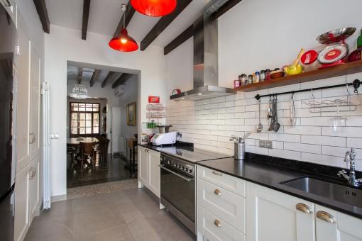 Cocina moderna con acceso al patio