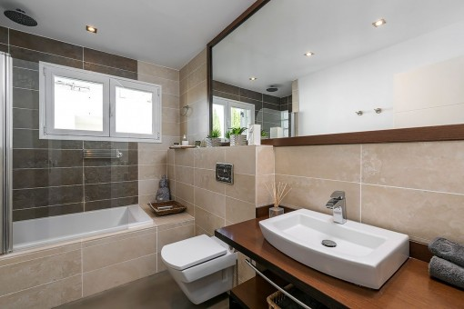 Baño elegante con bañera