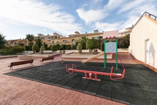 Área comunitaria con parque infantil