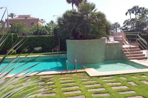 Espaciosa piscina del complejo