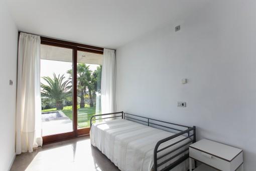 Dormitorio con acceso directo al jardín