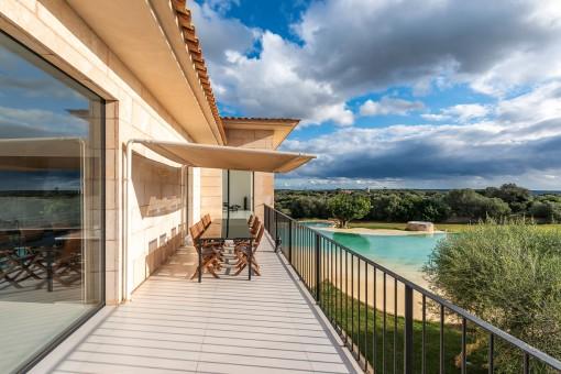 Balcón con vistas a la piscina