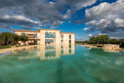 Vista de la finca moderna con piscina
