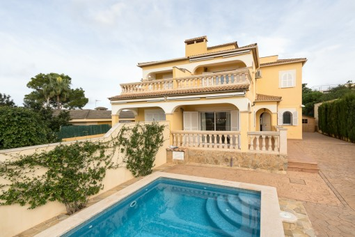 Casa mediterránea con vistas al mar y piscina en Bahía Grande