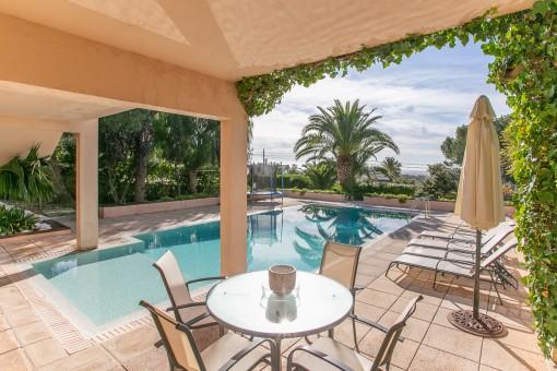 Terraza soleada al lado de piscina