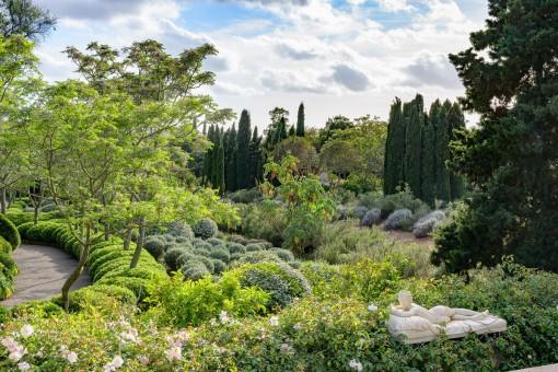 Jardín con obra de arte