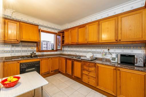 Espaciosa cocina de madera