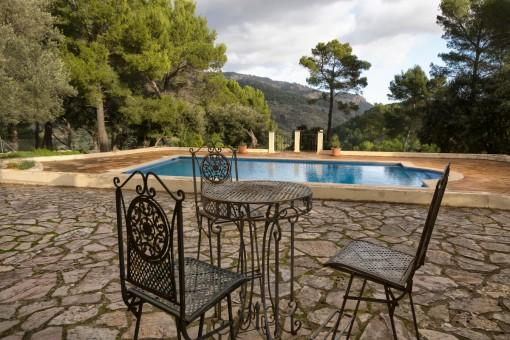 Terraza romántica al lado de la piscina