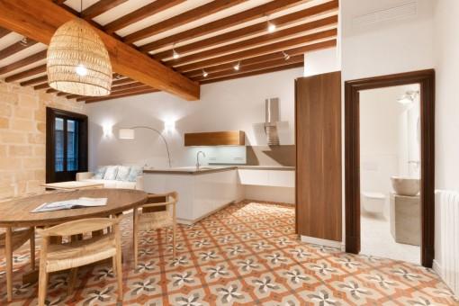 Salón abierto con vigas de madera