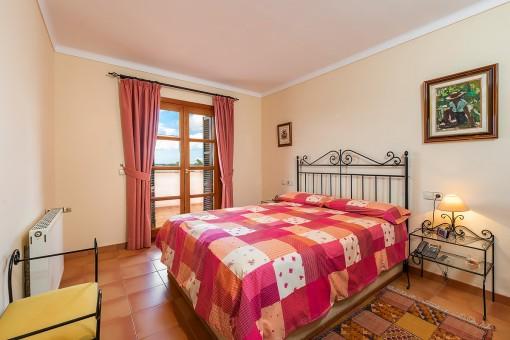 Dormitorio de huéspedes con cama doble