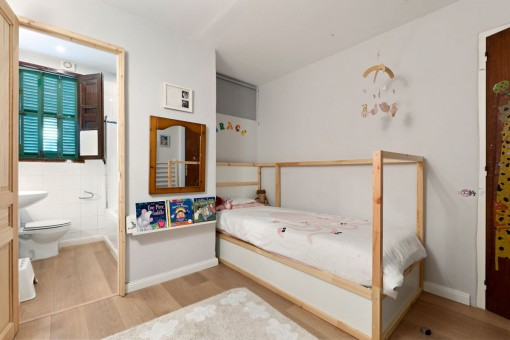 Dormitorio de niños con baño en suite
