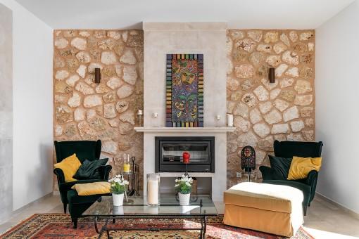 Diseño interior con paredes de piedra natural