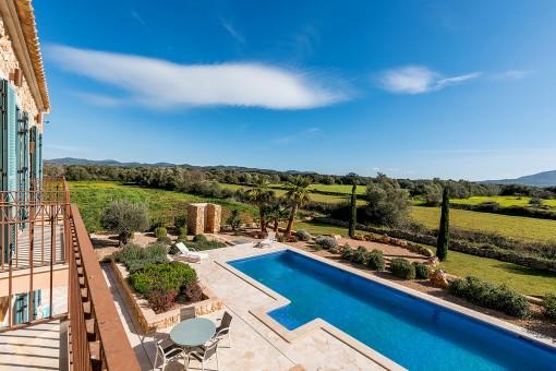 Vista estupenda a la piscina y al jardín