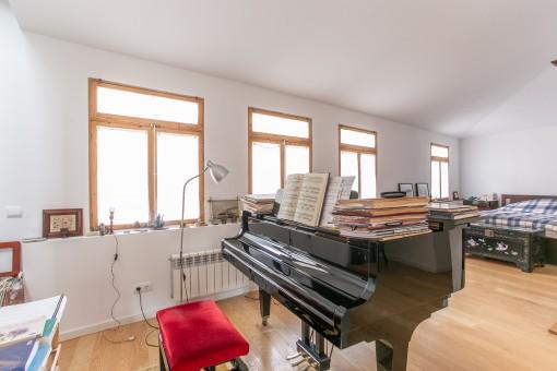 Un piano separa el salón y el dormitorio