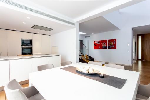 Salón-comedor abierto con cocina