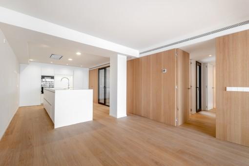 Nuevo apartamento céntrico, directamente en el Paseo Marítimo, con patio y terraza tranquilos.