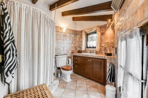 Baño en suite con vigas de madera