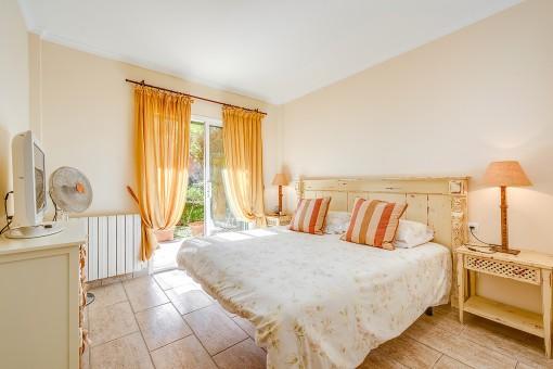 Dormitorio con acceso al jardín