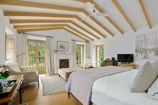 Acogedor dormitorio con chimenea
