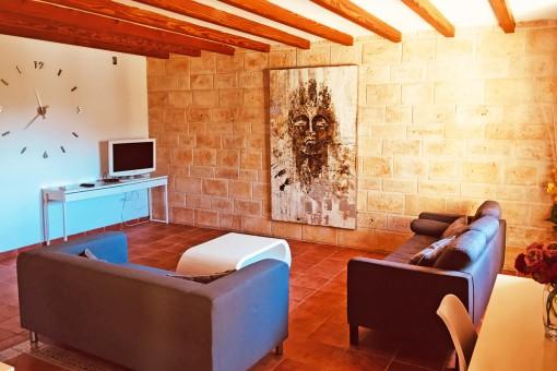 Salón con pared de piedra natural