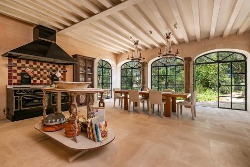 Comedor espacioso con cocina