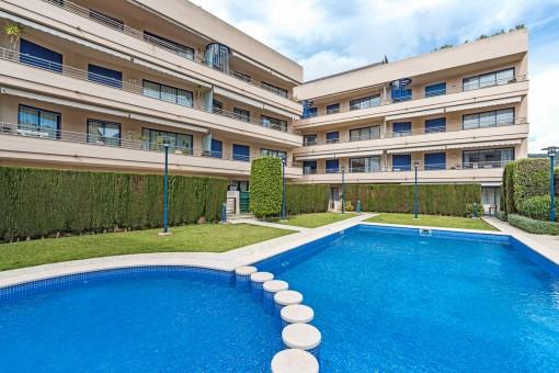 Piso céntrico con una terraza grande y piscina en Puerto de Andratx