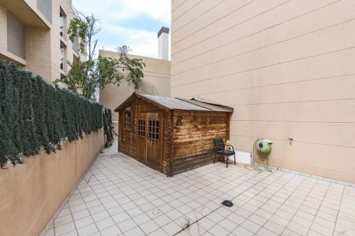 La terraza de 90 metros cuadrados ofrece amplio espacio