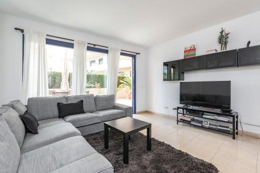 Confortable sala de estar con acceso a la terraza