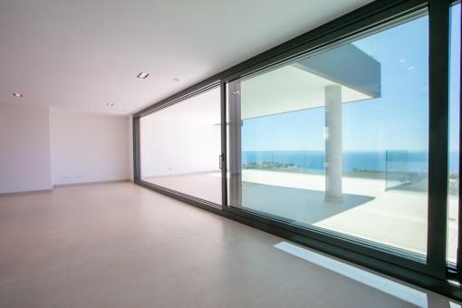 Salón con gran ventana frontal
