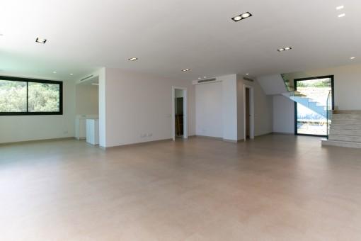 Salón luminoso y espacioso