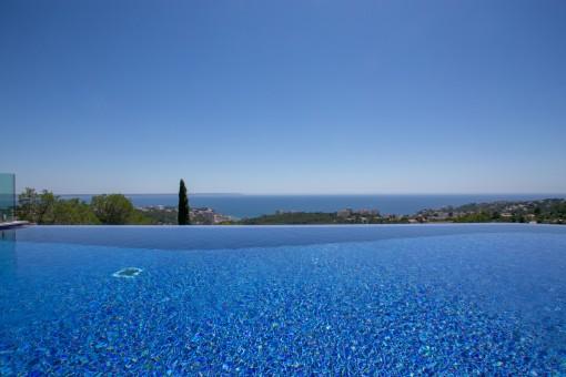 Gran piscina de borde infinito