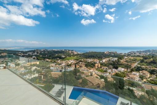 Piscina grande del piso con una vista en Genova