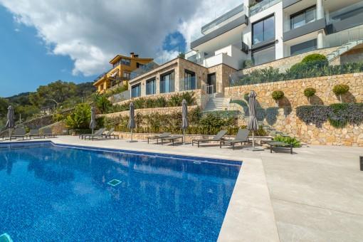 Área de piscina bien cuidada