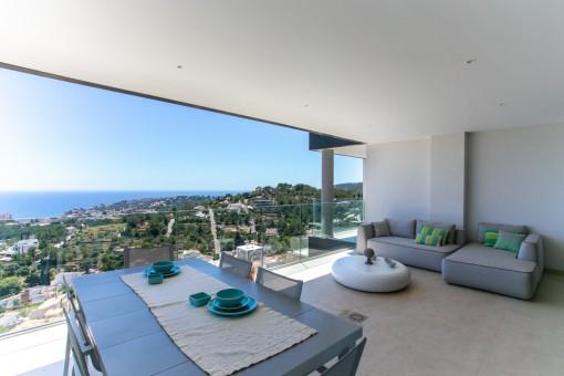 Terraza cubierta con espectaculares vistas al mar