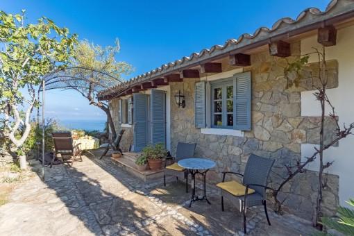 Terraza de piedra con acceso a la casa