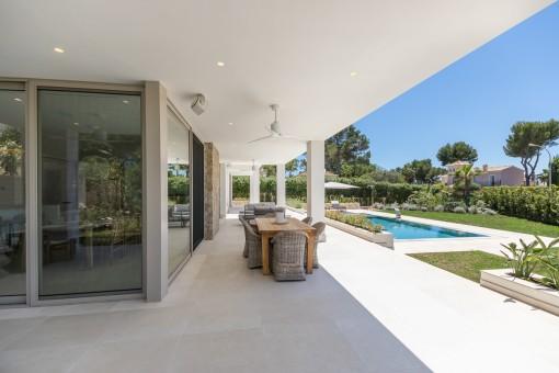 Terraza cubierta con comdor