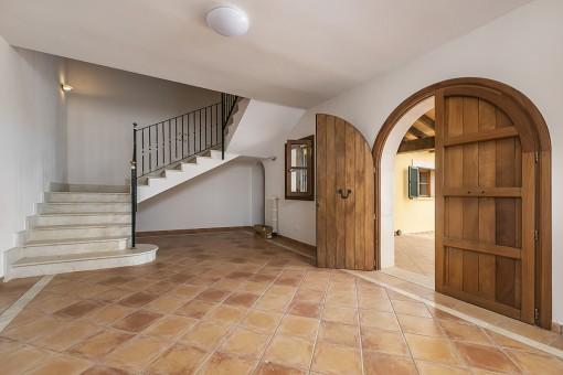 Entrada y acceso al piso superior