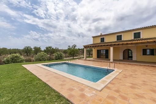 Terraza cubierta y piscina
