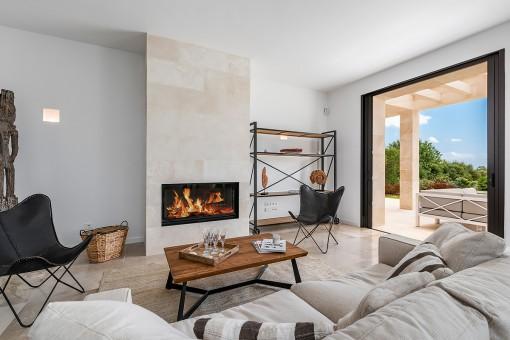 Salón elegante con chimenea