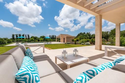 Hermosa zona de lounge con vistas al jardín