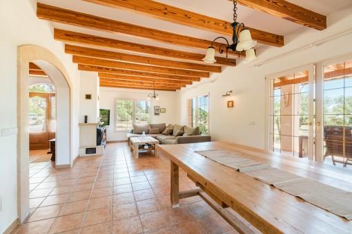 Salón-comedor espacioso con vigas de madera